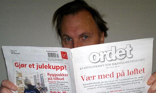 Bloggeren selv med favorittpublikasjonen, Riksmålsforbundets 'Ordet', i lankene