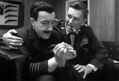 Peter Sellers i rollen som group captain Lionel Mandrake og Sterling Hayden som brigadegeneral Jack Ripper i «Dr. Strangelove»