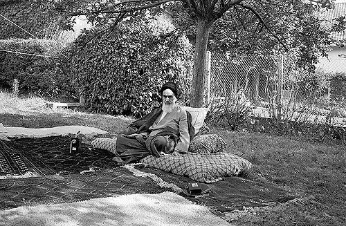 Ayatollah Rahullah Khomeini i haven sin i Pontcartrain nær Paris i 1978