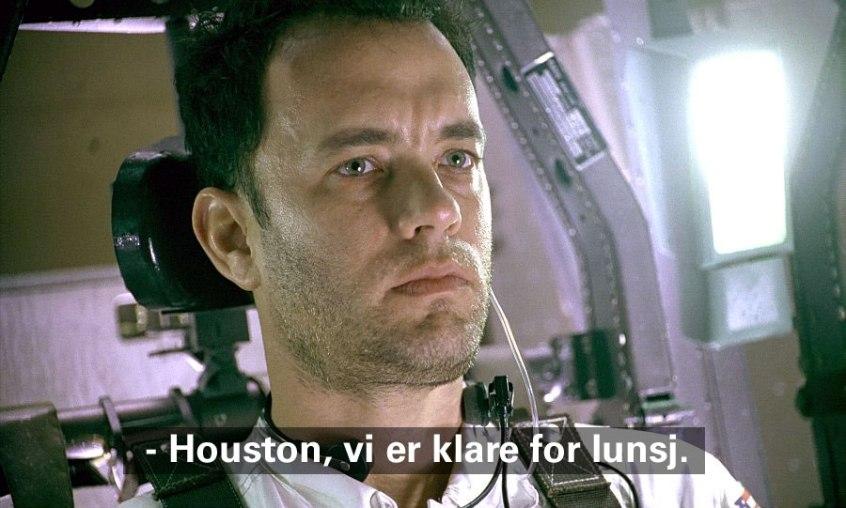 Apollo 13: Astronaut Jim Lovell (Tom Hanks) klar for et siste oppdrag, en reise til månen. Promo-foto fra Universal Studios (teksten har jeg for anledningen lagt på selv, men slik ble det altså oversatt).