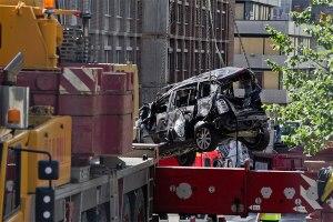 Et totalskadet bilvrak fjernes etter eksplosjonen i regjeringskvartalet 22. juli 2011. Foto fra Statsbygg