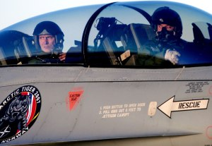 Natos generalsekretær (da Norges statsminister) Jens Stoltenberg som annenflyver i et av Luftforsvarets F-16. Fotograf: Stian Lysberg Solum/FMS