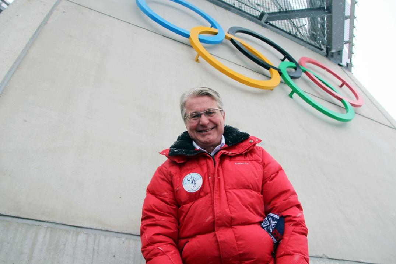 Foto: Oslo-ordfører Fabian Stang (H) foran de nye OL-ringene i Holmenkollbakken. Foto fra Oslo 2022.