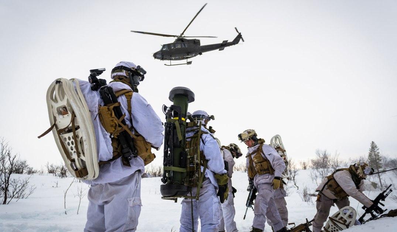 Soldater fra 2. bataljon innsettes med Bell 412 helikoptre, tilhørende 339 Skvadron i Luftforsvaret, under øvelse Joint Viking 2015 i Finnmark. Fotograf: Ole-Sverre Haugli/Forsvaret