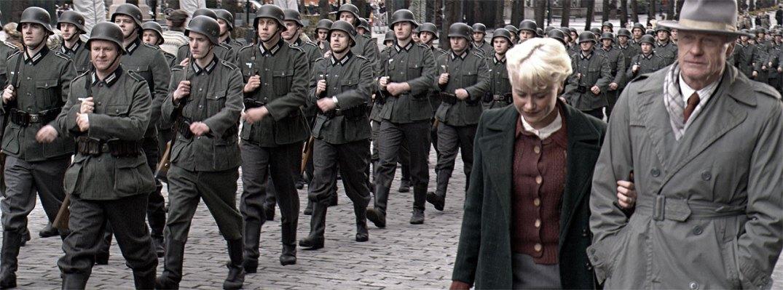 Statister i tidsriktige klær og tyske Wehrmacht-uniformer i Karl Johans gate, under innspillingen av Max Manus, 2008. Fotograf: John Erling Blad/Wikipedia