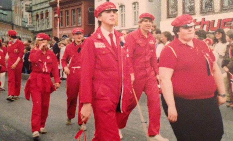 Petterson (med rødt slips) som rød og alvorlig, 17. mai 1981.
