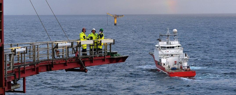 Lastebøye og supplyfartøy på Gullfaks A. Fotograf: Harald Pettersen/Statoil ASA
