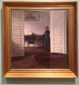 Interiør fra Bredgade med kunstnerens hustru, Vilhelm Hammershøi, 1911. Olje på panel, 69 x 74 cm.