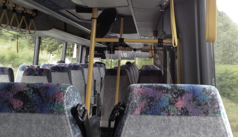 Tar bussen, sammen med datter, to eritreiske flyktninger – og en dame av generasjonen for hvem kvinnelige sjåfører var en uhyrlighet.