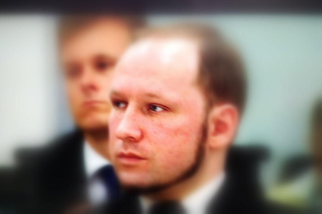 Barnemorderen Anders Behring Breivik under domsavsigelsen i Oslo tinghus fredag 24. august 2012. Bloggers eget foto (fra TV-skjerm)