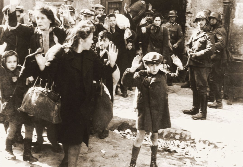 Fra oppstanden i den jødiske ghettoen i Warszawa, mai 1943. Fotografen er ukjent, men bildet er med stor sannsynlighet tatt av en fotograf i tyske Propaganda Kompanie 689, tilgjengeliggjort for offentlig bruk, ad Wikimedia Commons.
