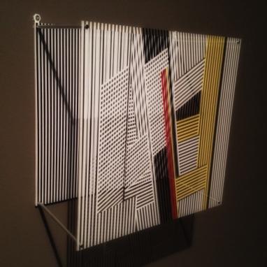 """Enkeltelement fra """"Sotomagie"""", 1967, Jesus Rafael Soto (1923–2005). Pleksiglass og serigrafi, 40 x 18 centimeter."""