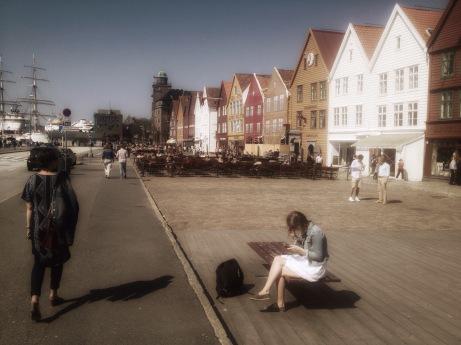 Bryggen i Bergen. Frugan åt vänster hörna.
