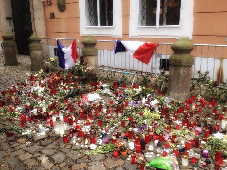 """""""Blomsterhavet"""" utenfor den franske ambassaden i Praha, etter massedrapene i Nice. Fotografert av denne bloggeren, juli 2016."""
