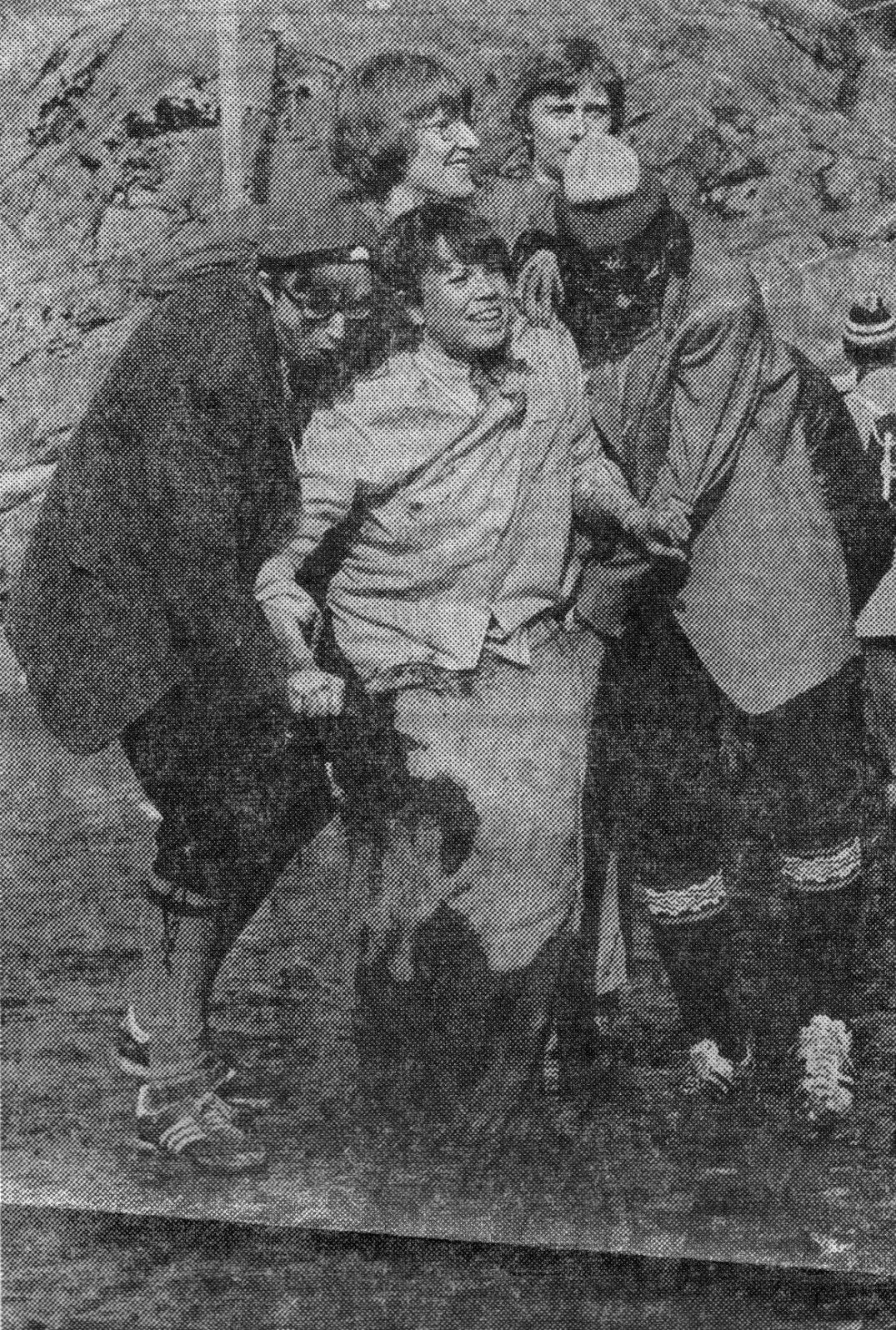 Gjørme-sekkeløp på Stemmemyren, i regi av NHH-studentenes UKEN-arrangement, våren 1980. Yours truly til venstre (faksimile fra Bergens Tidende).