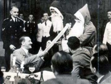 Det vanker julegaver, også på Føreren. T.v. Adolf Hitlers kammertjener Heinz Linge.