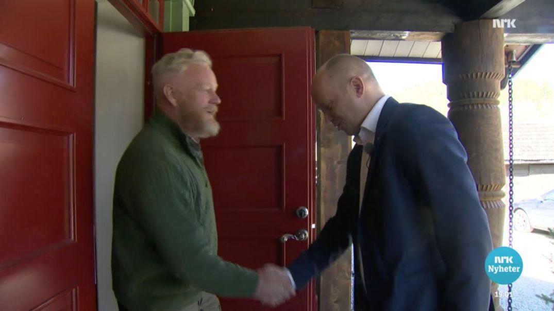 Sp-leder Trygve Slagsvold Vedum på trammen hjemme hos tidligere forsvarsjef og nybakt partifelle Harald Sunde, i Dagsrevyen 2. mai 2017. Skjermdump fra NRK.