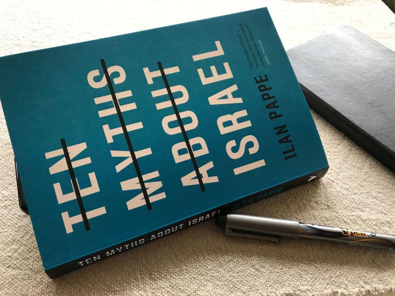 """Omslaget til Ilan Pappes """"Ten Myths About Israel"""", på herværende oversetters bord."""
